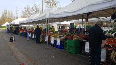 El mercat de fruita i verdua del Camp d'Esports obre amb les corresponents mesures de protecció