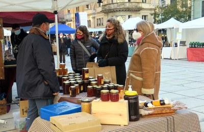 La campanya Plàstics Zero als mercats ambulants de Lleida arriba al Mercat de l'Hort, a la plaça sant Joan