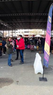 La Paeria i la Creu Roja de Lleida inicien la campanya per a fomentar l'ús correcte de la mascareta als mercats ambulants